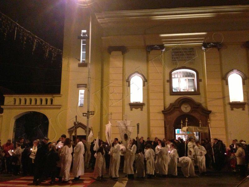 foto hristos a inviat slujba de inviere biserica romano catolica sfanta treime lugoj 31 martie paste lugojeanul 2013 (3)