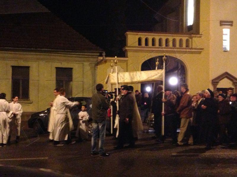 foto hristos a inviat slujba de inviere biserica romano catolica sfanta treime lugoj 31 martie paste lugojeanul 2013 (6)