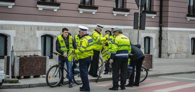 politia actiune oferire veste reflectorizante sfaturi pentru conduita de urmat in trafic lugoj 8 martie lugojeanul 2013
