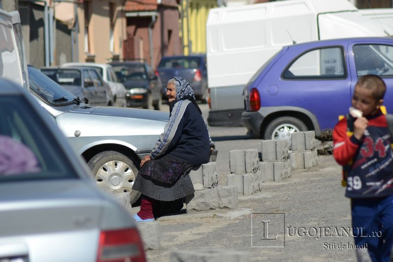 zid chinezesc la lugoj si-a construit protectie contra masinilor in jurul casei pe trotuar cu boltari piata noua cort aglomeratie 19 aprilei 2013 lugojeanul (1)