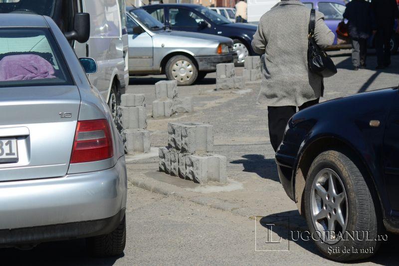 zid chinezesc la lugoj si-a construit protectie contra masinilor in jurul casei pe trotuar cu boltari piata noua cort aglomeratie 19 aprilei 2013 lugojeanul (7)