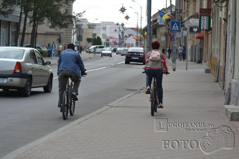 foto rusinica lugojul pedaleaza pe trotuar lugojeanul 2013