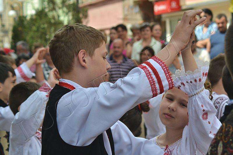 spectacol folcloric ansamblul lugojana juniori ziua europei lugojeanul 2013 foto (4)