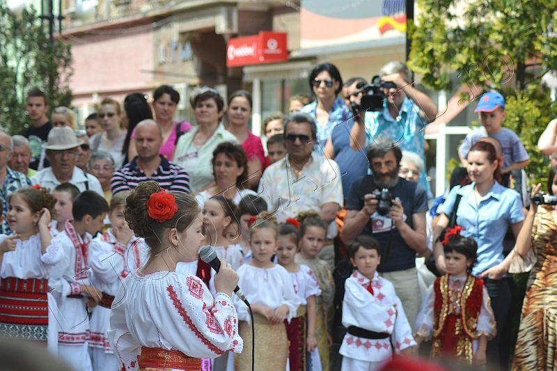 spectacol folcloric ansamblul lugojana juniori ziua europei lugojeanul 2013 foto (5)