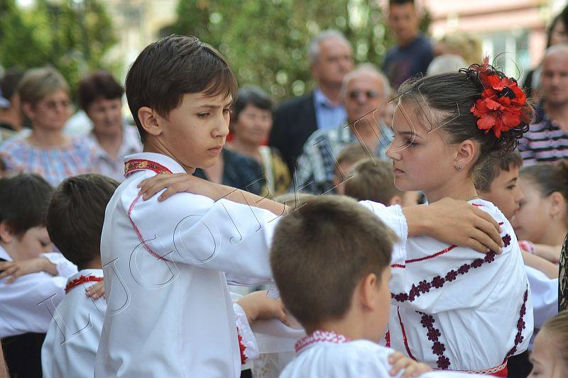 spectacol folcloric ansamblul lugojana juniori ziua europei lugojeanul 2013 foto (6)