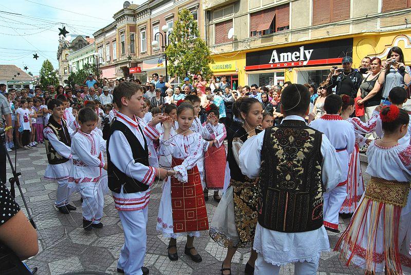 spectacol folcloric ansamblul lugojana juniori ziua europei lugojeanul 2013 foto (7)