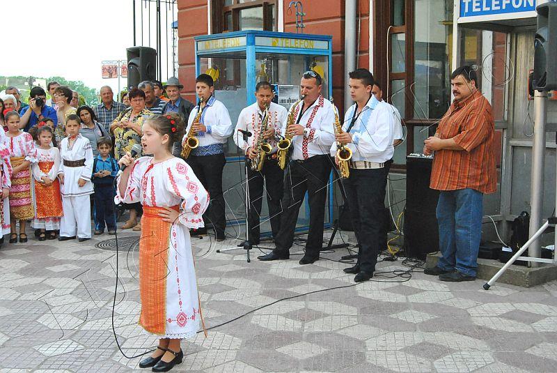 spectacol folcloric ansamblul lugojana juniori ziua europei lugojeanul 2013 foto