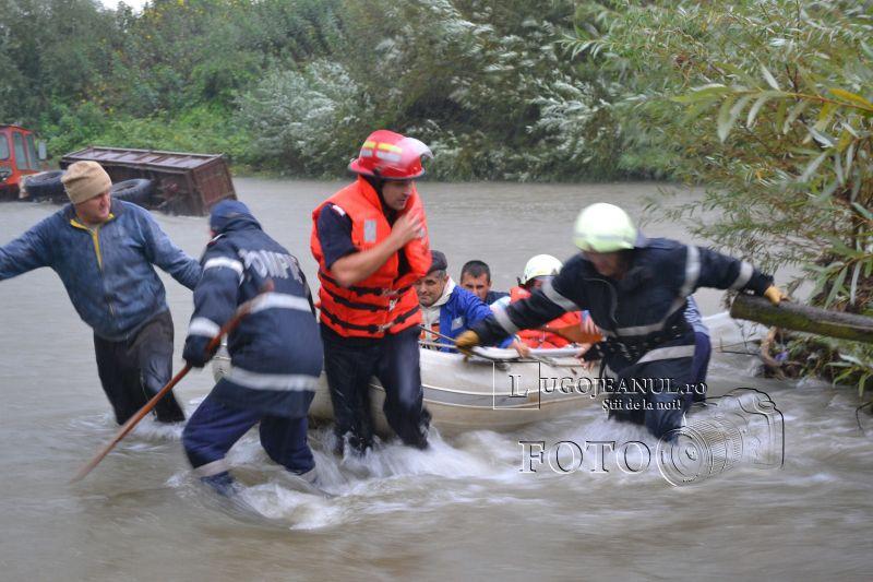 pompieri salvare belint barca doi oameni tractor rasturnat lugojeanul 2013 foto (10)