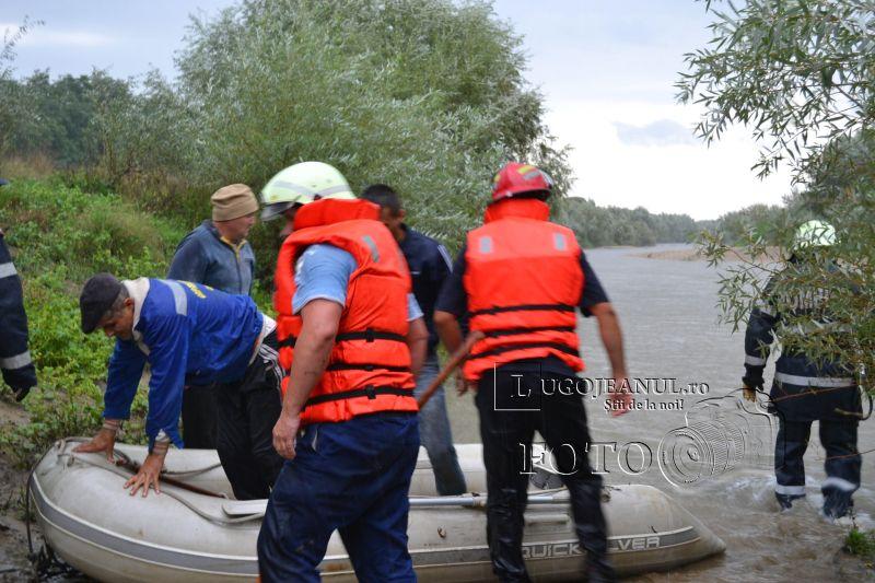 pompieri salvare belint barca doi oameni tractor rasturnat lugojeanul 2013 foto (11)