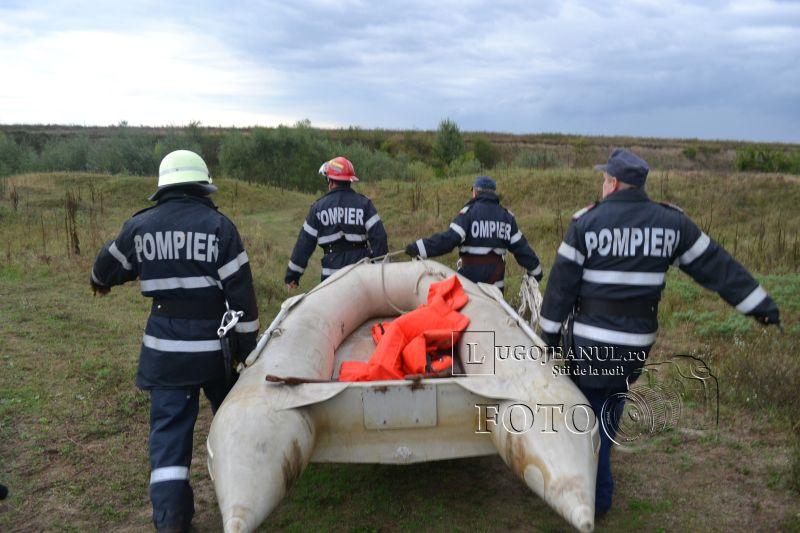 pompieri salvare belint barca doi oameni tractor rasturnat lugojeanul 2013 foto (2)