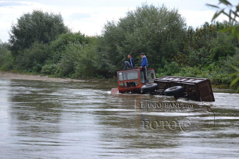 pompieri salvare belint barca doi oameni tractor rasturnat lugojeanul 2013 foto (3)