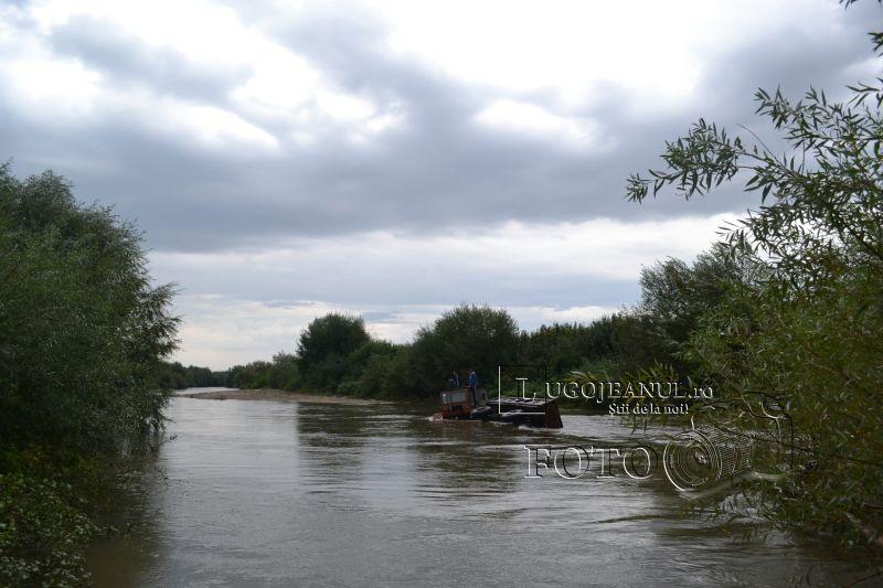pompieri salvare belint barca doi oameni tractor rasturnat lugojeanul 2013 foto (4)