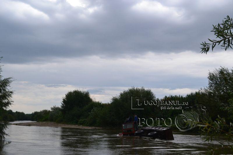 pompieri salvare belint barca doi oameni tractor rasturnat lugojeanul 2013 foto (5)