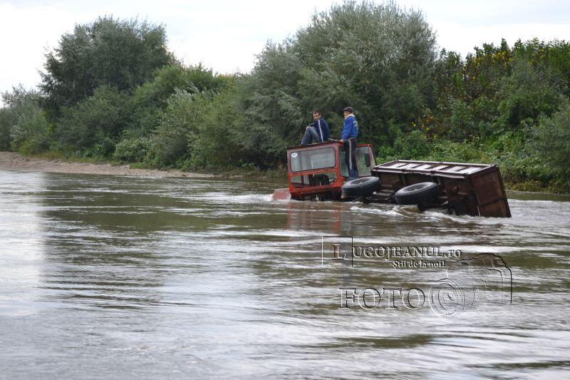 pompieri salvare belint barca doi oameni tractor rasturnat lugojeanul 2013 foto (6)