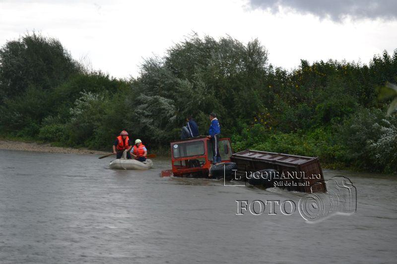 pompieri salvare belint barca doi oameni tractor rasturnat lugojeanul 2013 foto (7)