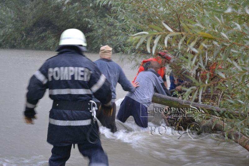 pompieri salvare belint barca doi oameni tractor rasturnat lugojeanul 2013 foto (8)