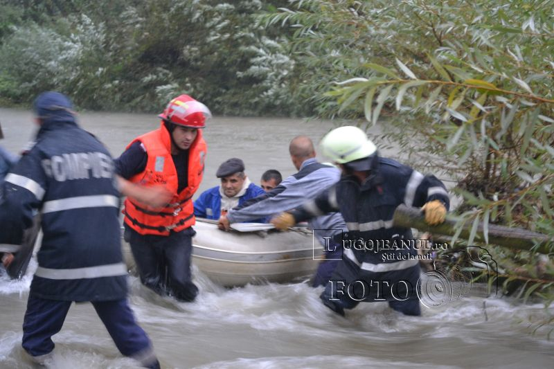 pompieri salvare belint barca doi oameni tractor rasturnat lugojeanul 2013 foto (9)