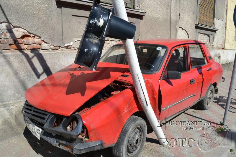 accident semafor rupt cuza voda banatului ioan balan lugoj 5 mai 2014 dacia versus semafor foto lugojeanul (18)