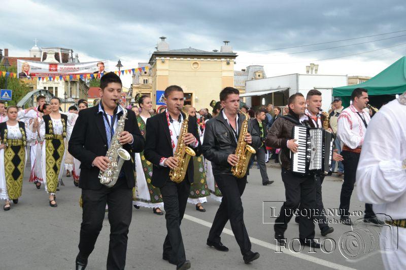 sarbatoarea berii lugoj 2014 festivalul berii lugoj 2014 foto galerie ziua 1 alaiul berarilor ansamblul lugojana dorin biris cosbuc cantari muzica veselie lugojeanul (11)