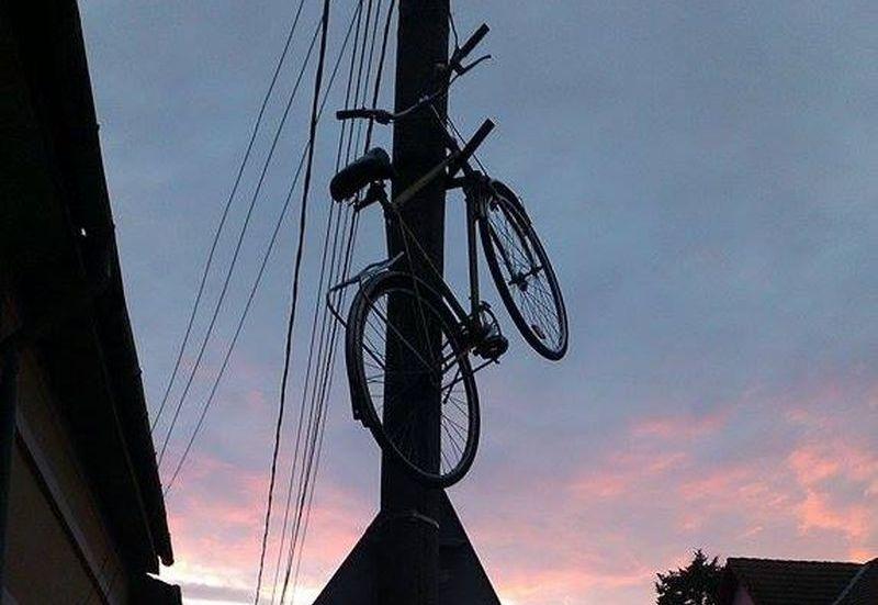 bicicleta in varful stalpului farsa anului la Lugoj foto incredibil (1)