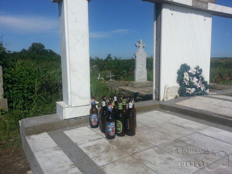 coroane incendiate si sticle de bere in cimitir costeiu petrecere in toiul noptii foto galerie lugojeanul 2014 (1)