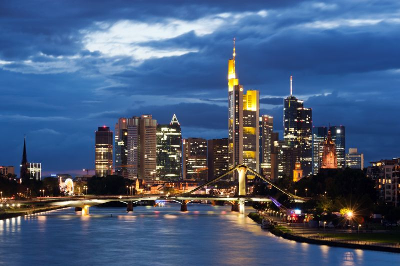 Frankfurt_Am_Main-Stadtansicht_von_der_Deutschherrnbruecke_am_fruehen_Abend-20110808