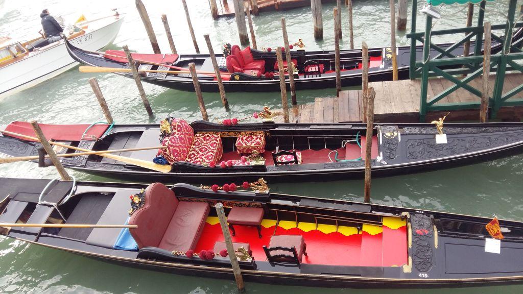 Gondolele, majoritatea parcate, pozau pentru pozele turistilor