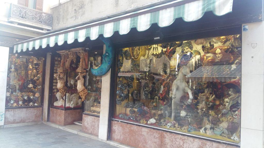 Unul dintre sutele de magazine cu masti si costume pentru carnavalul venetian