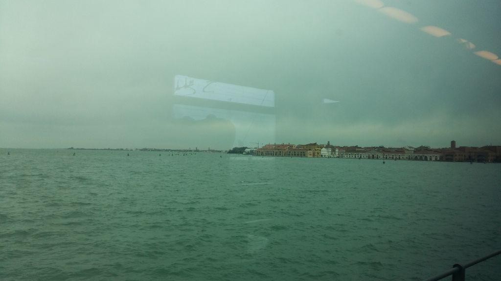 Pe drumul ce trece din Mestre in Venetia, deasupra lagunei, privelistea, mai ales la prima tura, te va da gata garantat