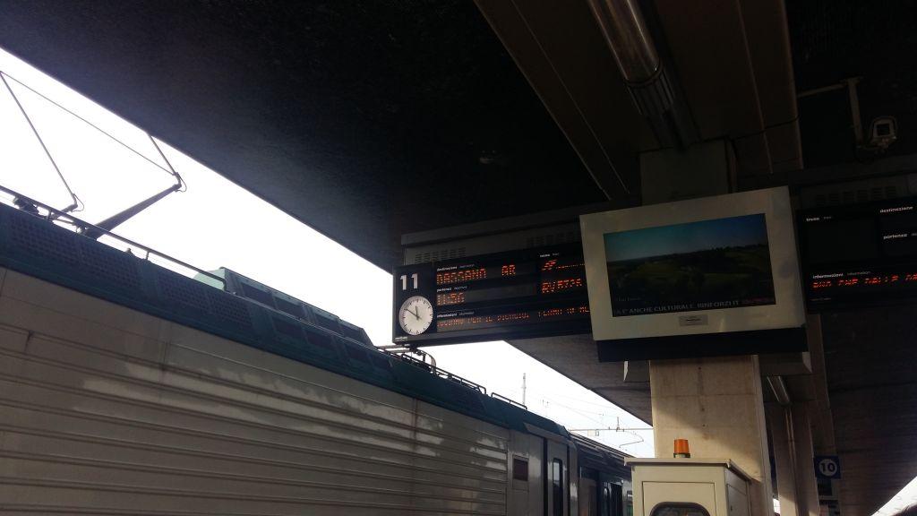 Fiecare peron are afisaj, cum fiecare gara are tabele electronice cu trenurile care urmeaza sa treaca prin statie
