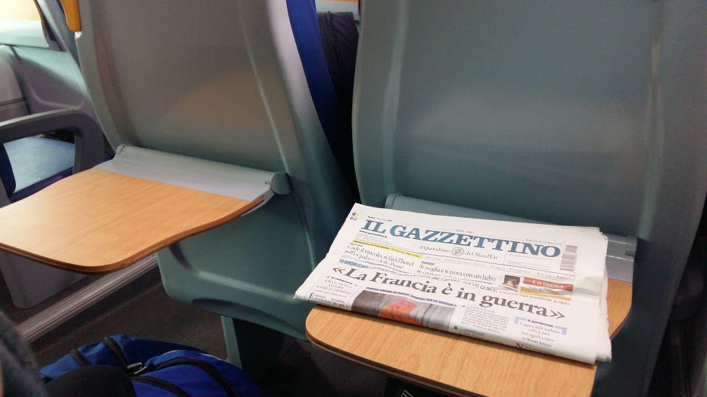 Mananci un covrig, bei o cafea, citesti ziarul, totul civilizat, nu in brate sau pe calatorul din fata ta